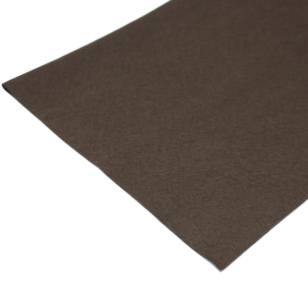 Coupon de tissu feutre anti-oxydant Marron pour recouvrir les couverts (non adhésif) 70 x 45 cm.. Coupon de tissu de protection marron anti-oxydant pour couvrir et protéger les couverts en argent massif ou en métal argenté de l'air et de la lumière. Afin de prévenir la détérioration de vos pièces d?argent et de garantir le maintien de leurs éclats, voici le coupon de tissu feutre anti-oxydant qui pourra couvrir la base de votre tiroir. Le tissu est spécialement traité pour protéger votre couvert en argent massif ou en métal-argenté contre l?oxydation que peut apporter l?air, l?humidité et la lumière. Il peut être utilisé pour tapisser ou recouvrir vos tiroirs. Il est très facile à poser puisque ce modèle est non adhésif. Cette propriété permet de faciliter sa manipulation. Le tissu est comme une housse protectrice pour votre argenterie ou orfèvrerie. Ce modèle a une dimension de 70 cm x 45 cm. Il vous est possible de faire une découpe du tissu afin de correspondre parfaitement à vos besoins. Sa pose est très simple puisqu?il ne vous suffira que de bien faire vos repérages puis de le poser sur le fond du tiroir ou de le poser au dessus de vos couverts pour les recouvrir. Cette gamme est en couleur marron. D?autres modèles et coloris sont également disponibles, ainsi que du tissu adhésif.