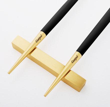 Baguettes chinoises goa noir et or cutipol en inox et bois - Comment tenir des baguettes chinoises ...